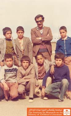 منصور یاقوتی در کنار دانش آموزان