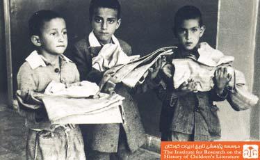 دانش آموزان در حال دریافت لباس نو، تهران