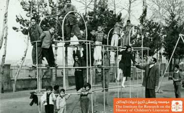غلامحسین مفید در زمین بازی کودکان پارک امجدیه