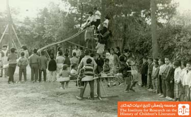 کودکان در  زمین بازی کودکان پارک امجدیه