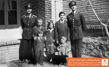 نورالدین زرین کلک(چپ) با برادران و خواهران