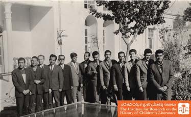 دبیران و کارکنان آموزشگاه شبانه شمس در محوطه آموزشگاه