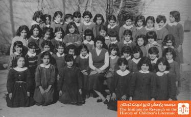 ایران گرگین در میان دانش آموزان کلاس اول