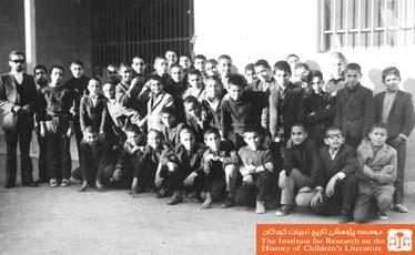 دانش آموزان کلاس هشتم  و ناظم مدرسه محبان الحسین، تهران