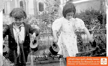 کودکان در حال آب بازی در کودکستان دولتی شماره یک